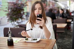 Càng dùng điện thoại càng muốn ăn nhiều