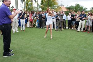 Người đẹp hoàn vũ trổ tài đánh golf