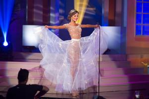 Người đẹp Hoàn vũ gợi cảm với trang phục dân tộc