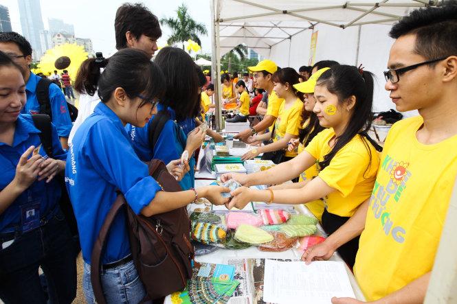 Các gian hàng của các cá nhân và tổ chức bán hàng quyên góp cho các bệnh nhi ung thư - Ảnh: Nguyễn Khánh