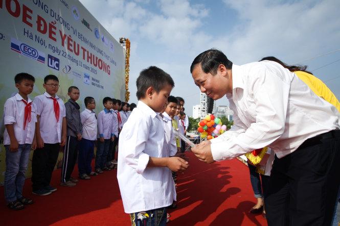 Anh Nguyễn Phi Long, Bí thư trung ương Đoàn, Chủ tịch Hội LHTN Việt Nam tặng quà cho các bệnh nhi - Ảnh: Nguyễn Khánh