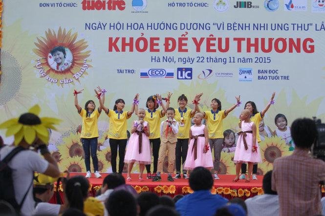 Các bệnh nhi cùng với các tình nguyện viên biểu diễn một bài hát tại ngày hội ở Hà Nội - Ảnh: Nguyễn Khánh