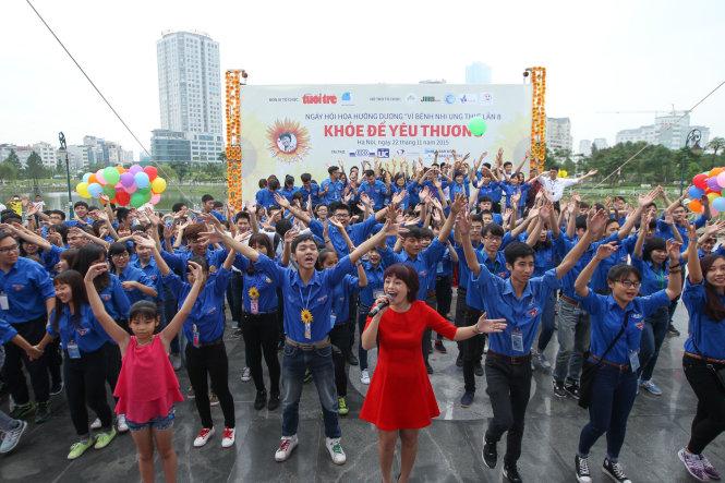 Ca sĩ Ngọc Khuê, cùng với các bạn sinh viên tình nguyện khuấy động sân khấu tại Hà Nội với ca khúc