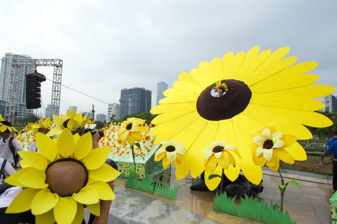 Hoa hướng dương khổng lồ làm bằng giấy được đặt trang trọng trong ngày hội tại Hà Nội - Ảnh: Nguyễn Khánh