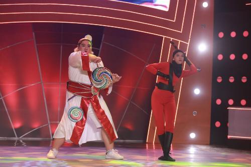 Phần biểu diễn của Anh Kiệt (áo trắng) và bạn nhảy.