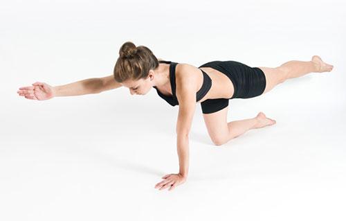 động tác bắc cầu đối tay và chân hỗ trợ giảm béo vùng bụng