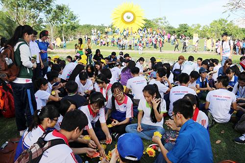 Hàng vạn người đồng hành cùng Ngày hội Hoa Hướng Dương 2015 6