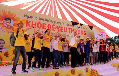 Hàng vạn người đồng hành cùng Ngày hội Hoa Hướng Dương 2015 9