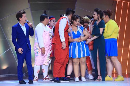 Minh Trang (váy xanh) nhận sự chia sẻ của các thí sinh còn lại khi trở thành người thua cuộc đầu tiên.