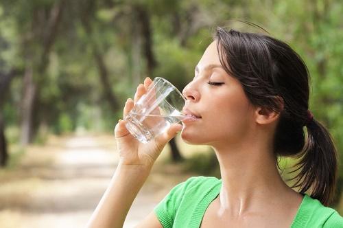 uống nhiều nước giúp giảm cân hiệu quả, an toàn