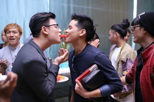 Giám khảo Jonh Huy Trần (phải) tham gia thử thách ăn dưa hấu