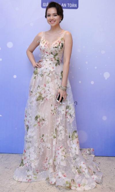 Đinh Ngọc Diệp khoe vẻ nữ tính trong bộ váy họa tiết hoa.