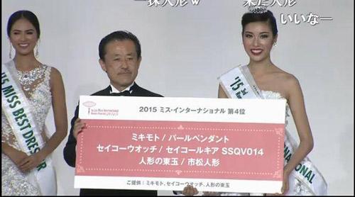 Khoảnh khắc Thúy Vân được trao vương miện Á hậu 3 Hoa hậu Quốc tế 2015