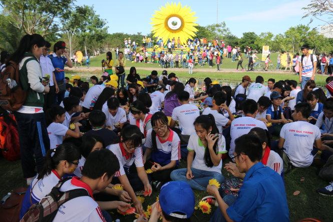 Hàng trăm sinh viên các trường ĐH, CĐ tại TP.HCM kết hoa hướng dương tại ngày hội - Ảnh: Ngọc Hiển