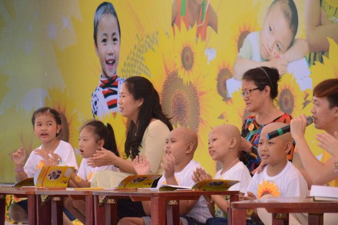 Các bệnh nhi của lớp học tại bệnh viện Ung bướu TP.HCM biểu diễn bài Lớp chúng mình tại ngày hội - Ảnh: Đoàn Từ Duy
