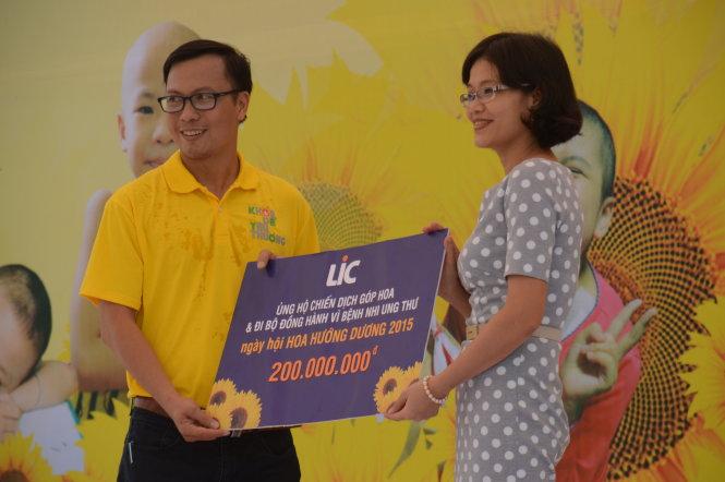 Bà Nguyễn Thị Lan, đại diện Công ty CP Dược phẩm ECO ủng hộ 200 triệu đồng cho chiến dịch góp hoa và đi bộ