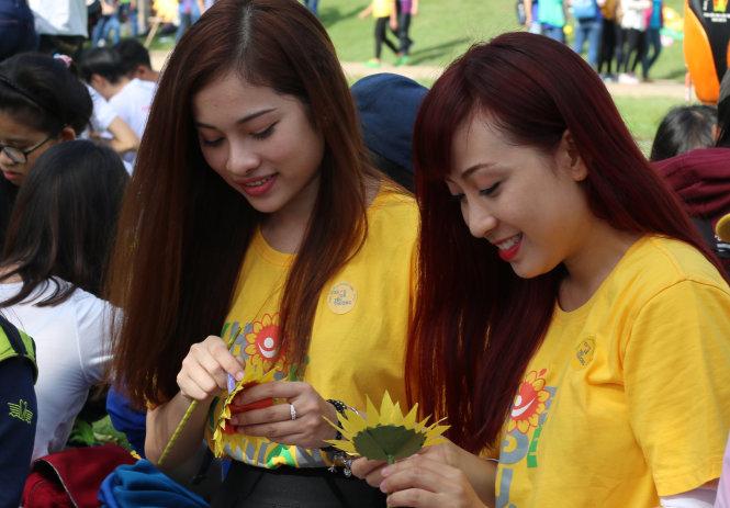 Diễn viên Lưu Ngọc Duyên (trái) kết hoa tại ngày hội - Ảnh: Ngọc Hiển