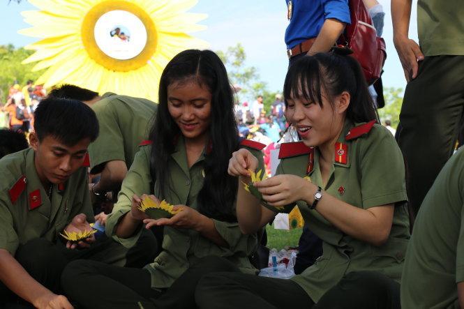 Học viên Học viện An ninh kết hoa tại ngày hội - Ảnh: Ngọc Hiển