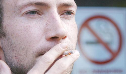 hút thuốc là tối kỵ trong các cách giảm cân giảm béo nhanh và hiệu quả được