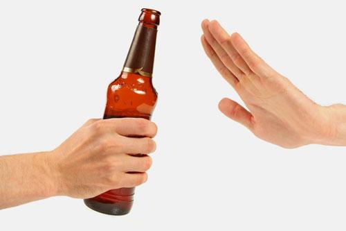 không nên uống rượu bia khi đang cho con bú