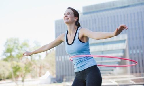 tập lắc vòng cũng là một cách tập thể dụng giảm cân nhanh