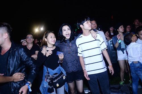 Ca sĩ Thanh Lam cùng hai con là Thiện Thanh và Đăng Quang phấn khích trước những bản nhạc sôi động của Bond