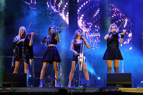 Các cô gái xinh đẹp của tứ tấu BOND biểu diễn Quốc ca Việt Nam