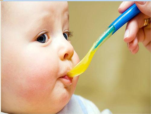 Sự bồi bổ quá mức của ba mẹ cũng góp phần gây nên tình trạng béo phì ở trẻ em